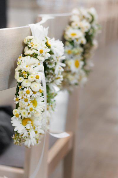 Brautstühle mit Blumen